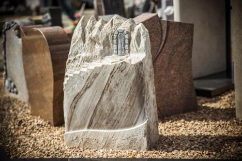 Palisandro Fels poliert/bruchrau mit Tor zur Ewigkeit