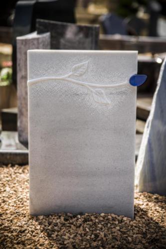 Marmor Hell T geschliffen mit erhaben gehauenem Blattornament und Glaseinlage