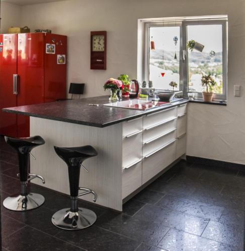 Küchenblock mit Überstand zum Sitzen